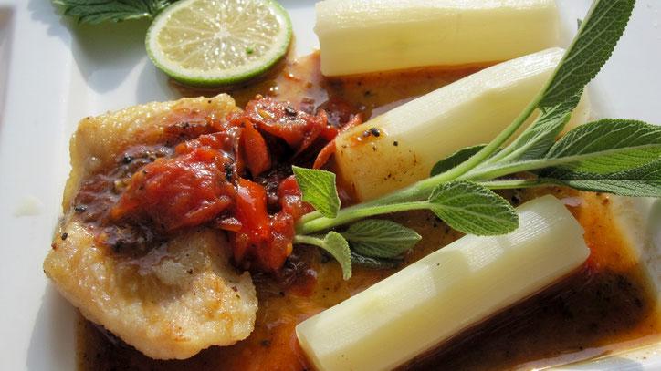 Fisch und Tomate harmonieren mit dem frischen Spargel.