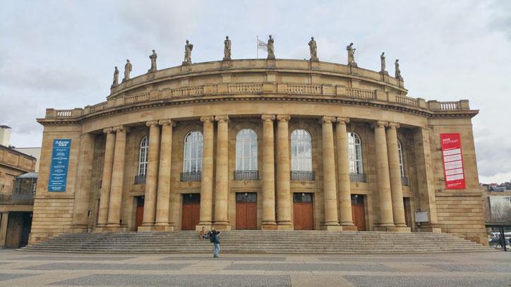 Перед зданием оперы иногда проходят непопулярные демонстрации