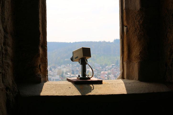 Старые башни следят за посетителями новейшими методами
