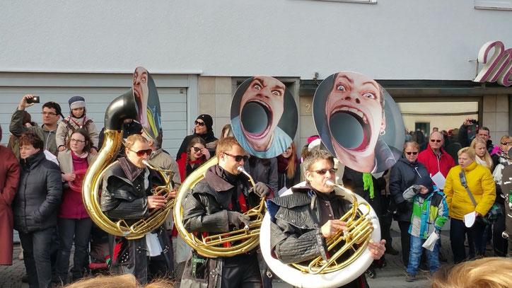Первая музыкальная команда. Всего в карнавале приняли участие 73 творческие группы, а о числе участников остаётся только догадываться