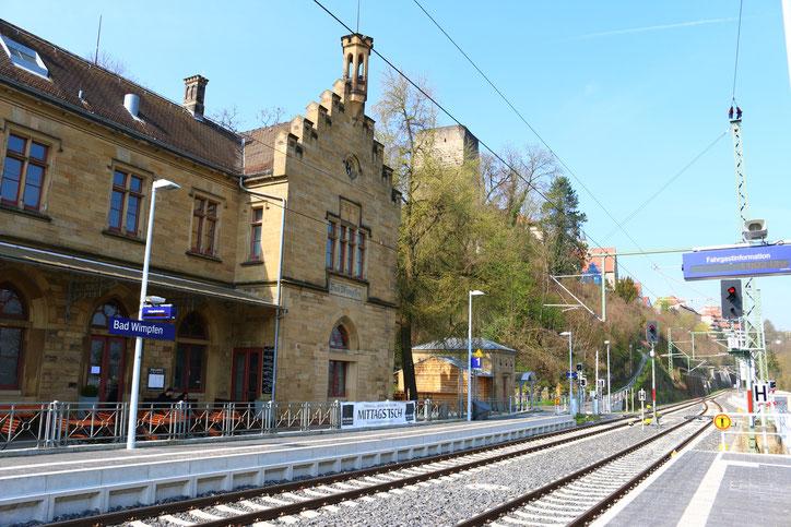 Добраться до города проще всего на поезде S-Bahn S42