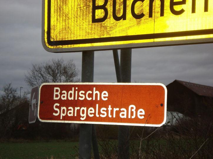 Указатели туристических дорог указываются на коричневом фоне