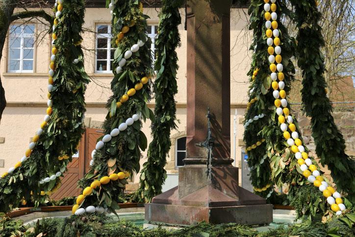 Фонтаны католической части Германии украшаются к Пасхе венками с бутафорскими яйцами