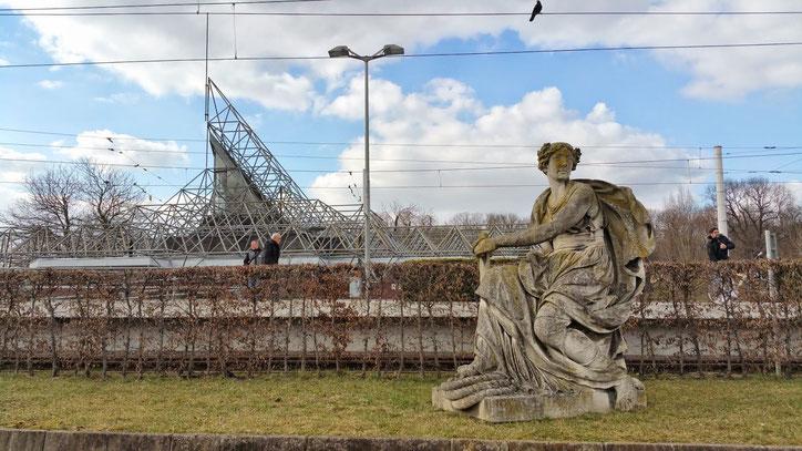 """Из-за проекта реконструкции главного ж.д. вокзала """"Штутгарт-21"""" многие скульптуры Главного парка ожидают реставрации в порядке общей очереди"""