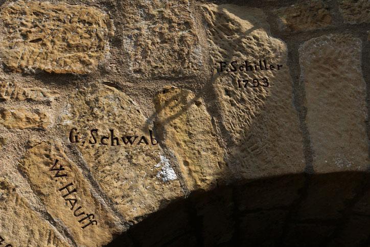 На камнях выгравированы имена писателей, посещавших руины в поисках вдохновения