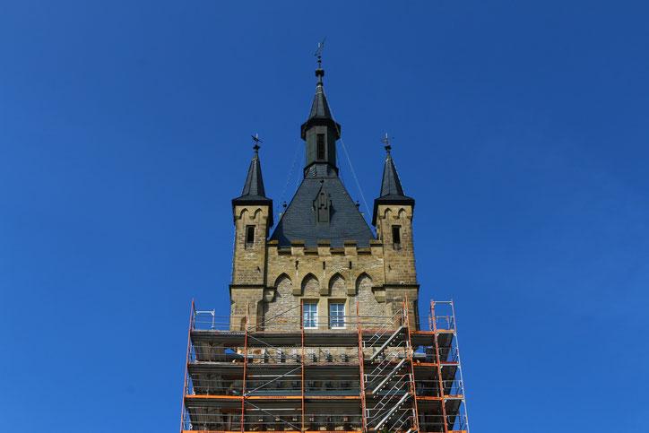 За окнами с белыми занавесками располагается жилище хранительницы башни
