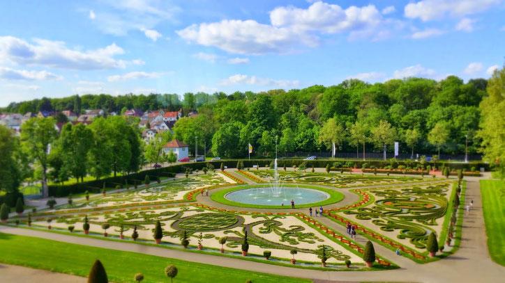 На сады логичнее смотреть сверху. Из окон дворца они раскрывают ту самую неповторимую задумку с причудливыми узорами