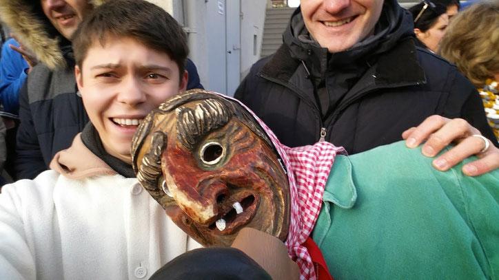 Принять участие в параде могут только члены особых сообществ, вход в которые вместе с масками передаётся по наследству