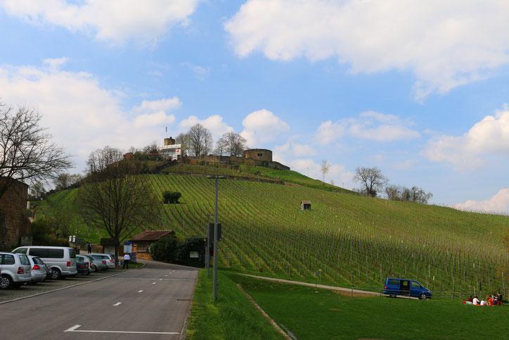 Вид на крепость, открывающийся с близлежащего автобана №6, сначала не вызывает восторга