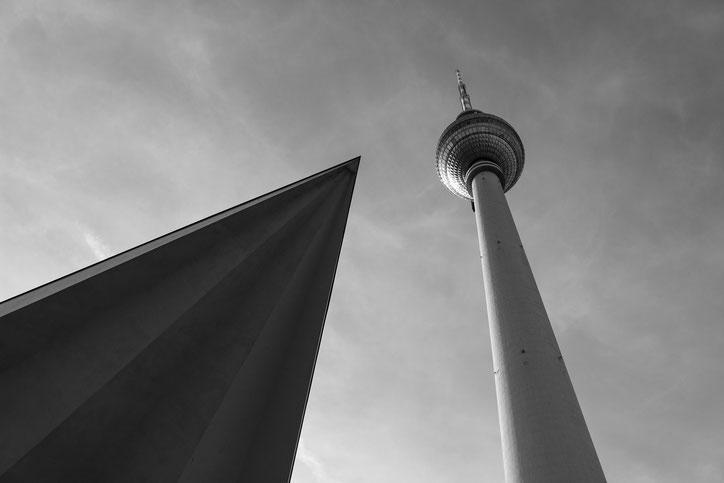 """В солнечную погоду берлинцы называют свою телевизионную  башню """"Месть Папы Римского"""""""