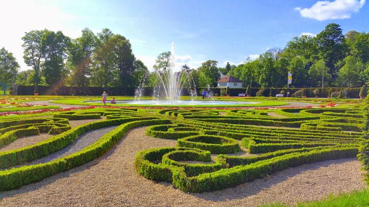 Находясь на уровне садов, затея ландшафтных дизайнеров ясна не до конца