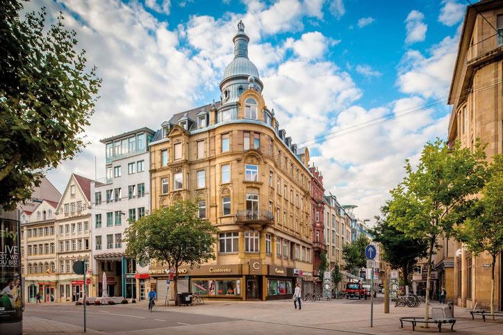 Здание на Tübinger Straße выдержало бомбёжку; сегодня на первом этаже в нём открыт первый в Штутгарте barber shop, а из центрального окна на 4 этаже на вас смотрю я