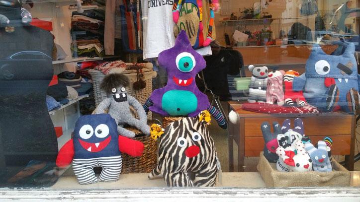 """И на десерт. Магазины у отправной точки Мариенплатц вполне оригинальны. Например, в этом магазине игрушек все увиденные персонажи напомнили мне участников движения """"Антимайдан"""" в Москве 2015 года"""