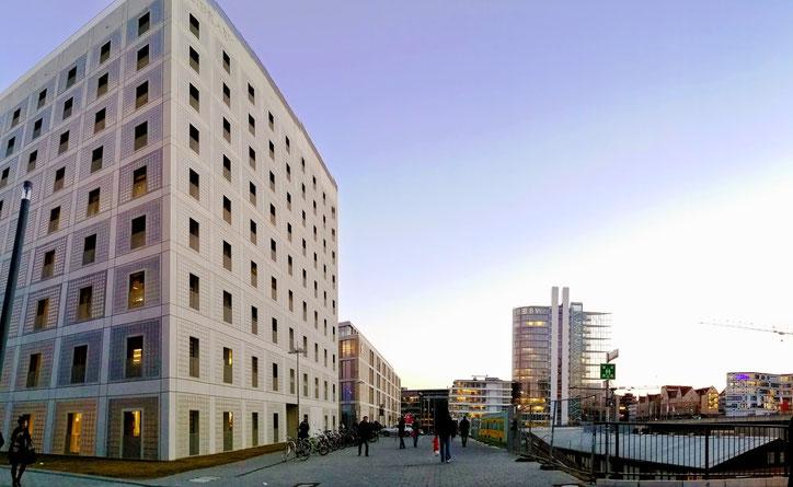 Район Ойропафиртель (Europaviertel), через которую пройдёт новая ветка метро. Весь день здесь слышны звуки отбойных молотков. Слева  на фото здание библиотеки