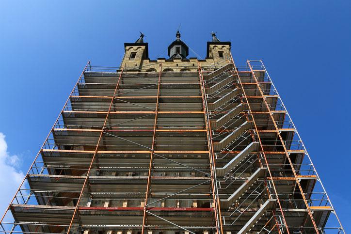 С лета 2015 года башню сковывают строительные леса