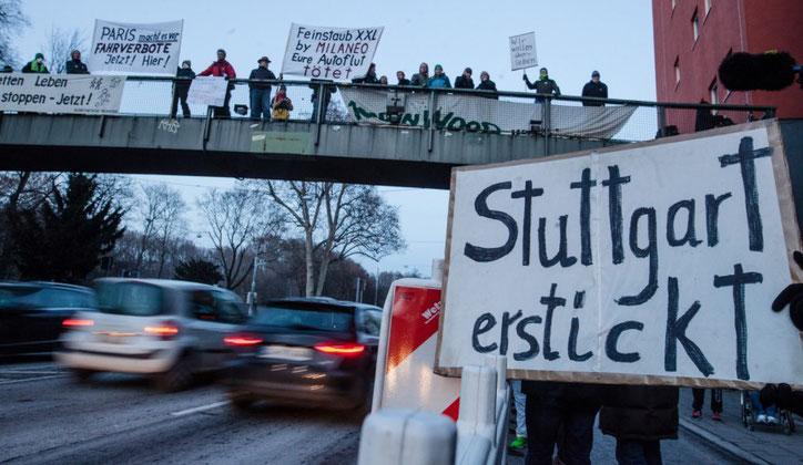 """""""Зелёные"""" активисты часто выстраиваются на дорогах, ограничивая движение потока машин, вызывая тем самым ещё большее скопление мелкой пыли. Однако их это не волнует"""