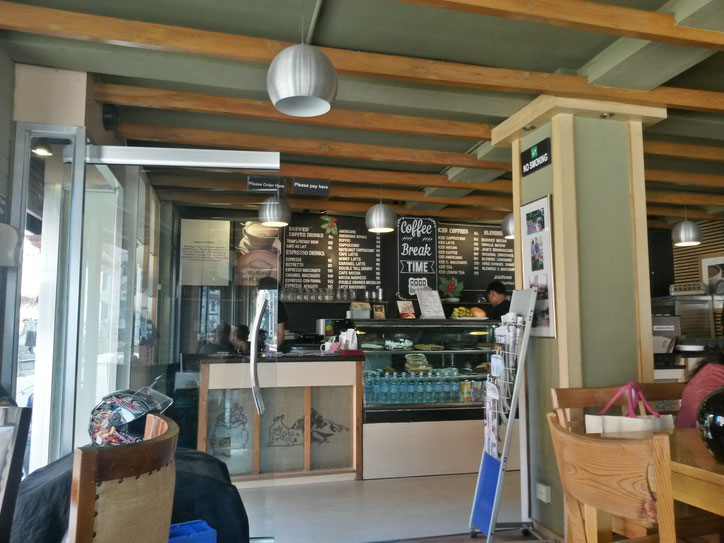 В лучшей кофейне Катманду подают шварцвальдский вишнёвый торт со взбитыми сливками