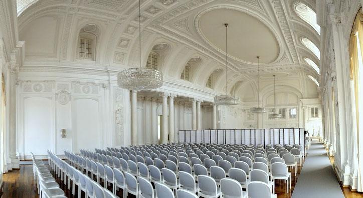 В интерьере Белого зала Нового замка нет ни одной оригинальной детали