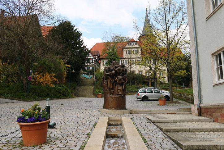 Лестница слева за фонтаном ведёт к замку