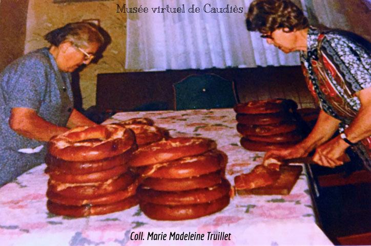 Rosette Barcelo et Fernande Truillet coupent le pain (de chez Mandoul) dans la salle manger de Fernande.