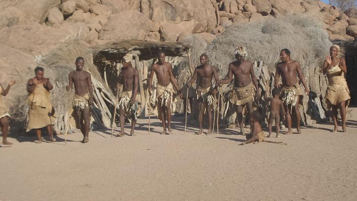 Die Dorfbewohner tanzen für uns