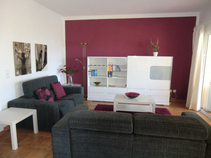 Die Fernsehecke ist mit 2 gemütlichen Couchgarnituren und Fernseher mit Sat – TV ausgestattet und im  warmen Farbton gestalltet.en .