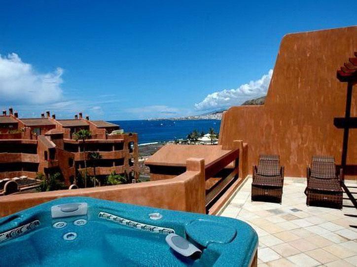 Auf der Terrasse gibt es ein Whirlpool mit Blick auf das Meer von Teneriffa