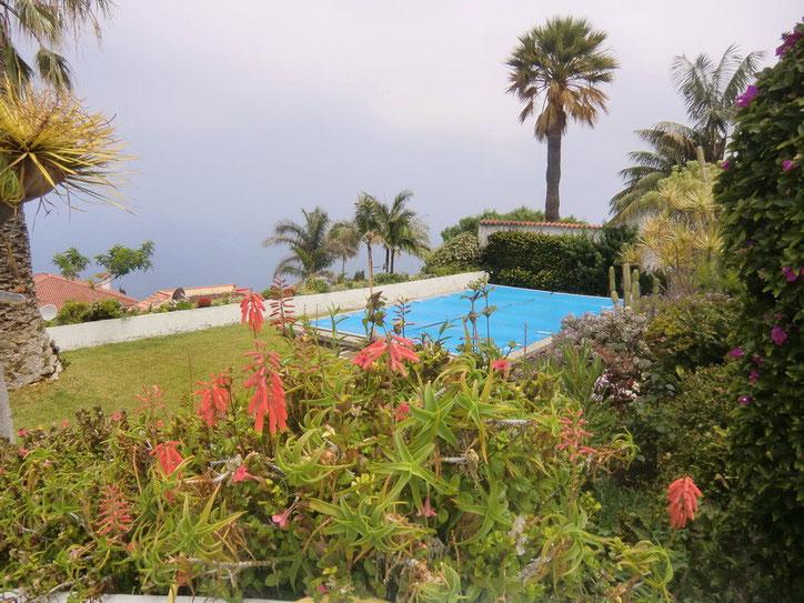 Blick zum Pool und das Meer
