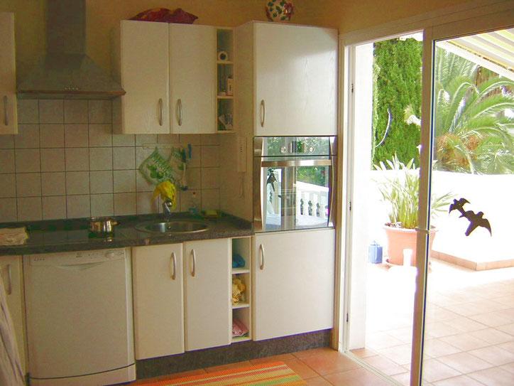 Küche mit angrenzender Terrasse zum Pool der hochwertigen Villa