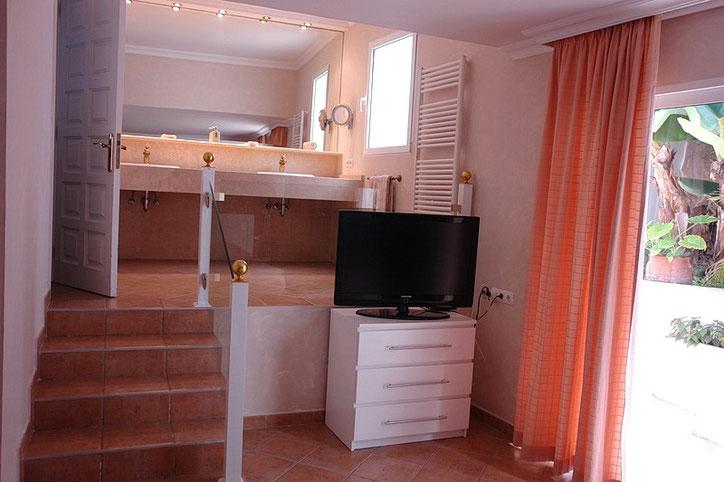 Das Bad des 1. Schlafzimmers verfügt über ein Doppelwaschbecken, Dusche und separatem WC.