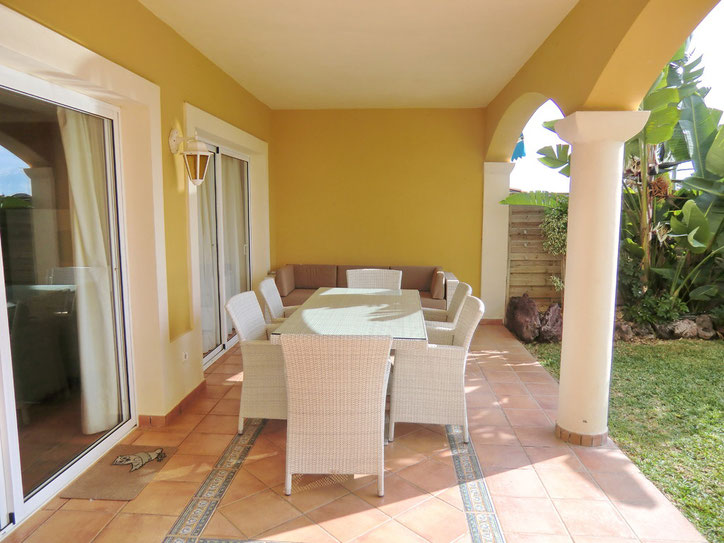Terrasse mit hellen Möbeln