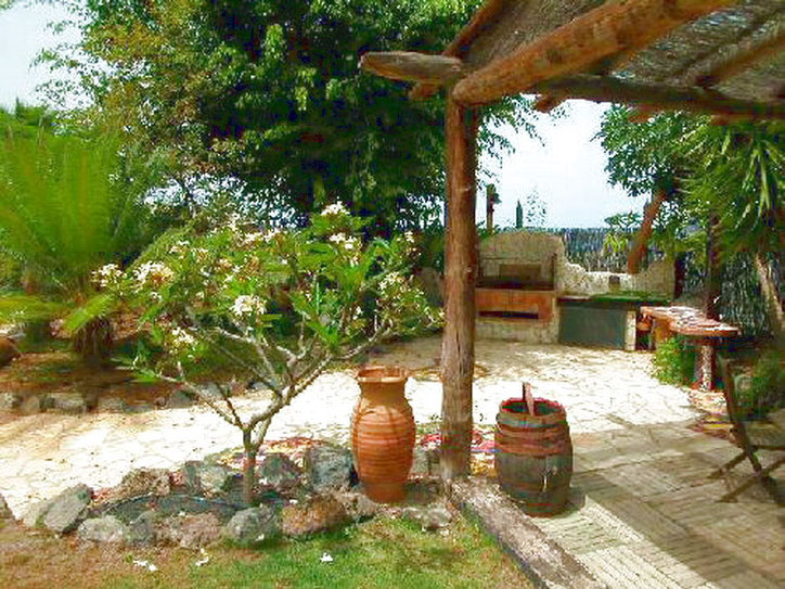 Grill und Basketballplatzim tropischen Garten der Ferienvilla