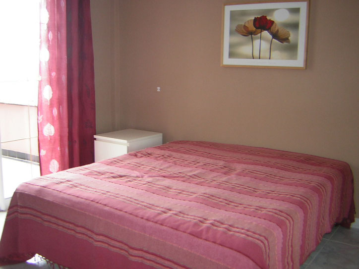 Schlafzimmer ca 10qm mit Doppelbett und Balkon