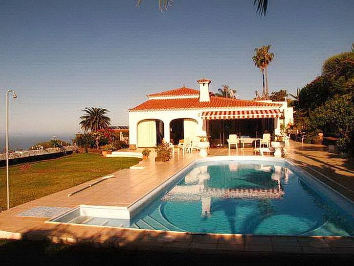 Beheizter Pool der Luxusvilla mit Meerblick auf Teneriffa im Norden der Insel.