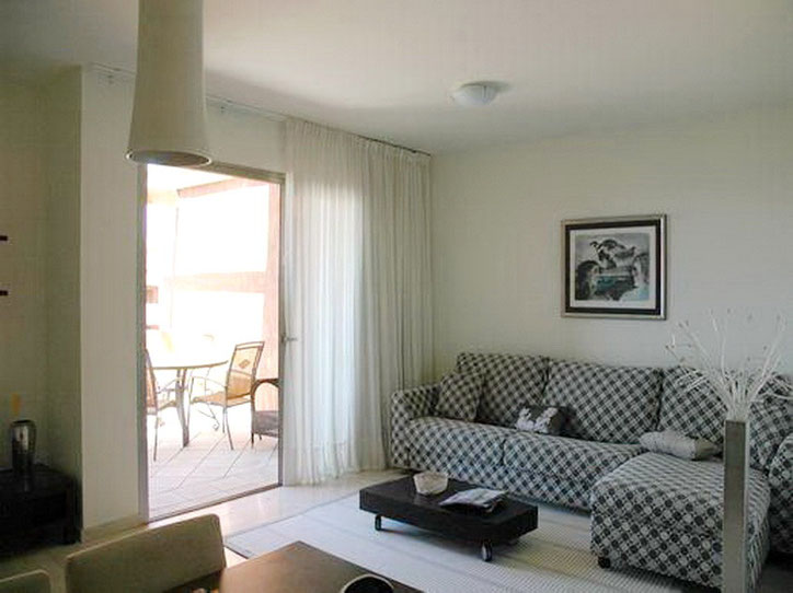 Helles Wohnzimmer mit Terrasse