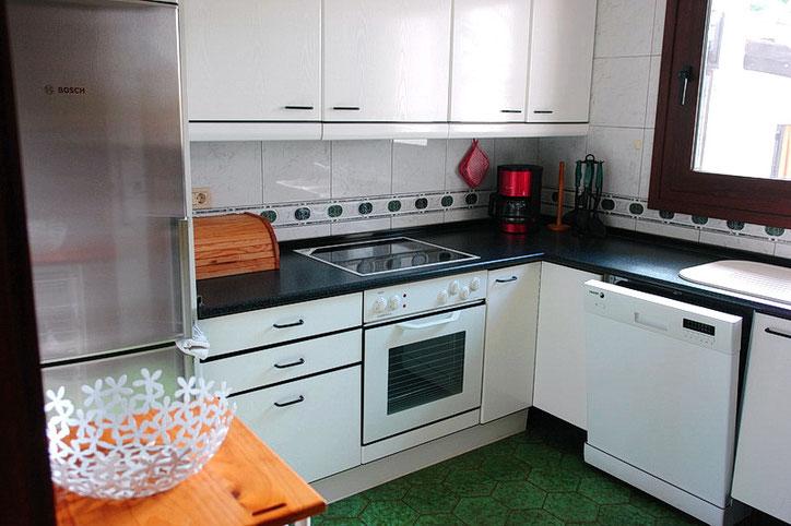 Die Küche ist voll ausgestattet mit Cerankochfeld, Backofen, Kühlschrank, Kaffeemaschine, Mikrowelle und Geschirrspüler.