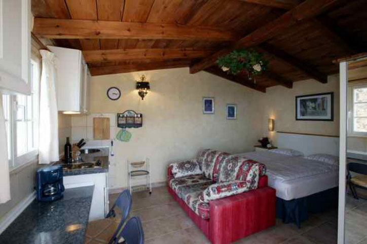 Wohnzimmer mit Doppelbett im Ferienhaus auf der Finca in Guia de Isora auf Tenerife