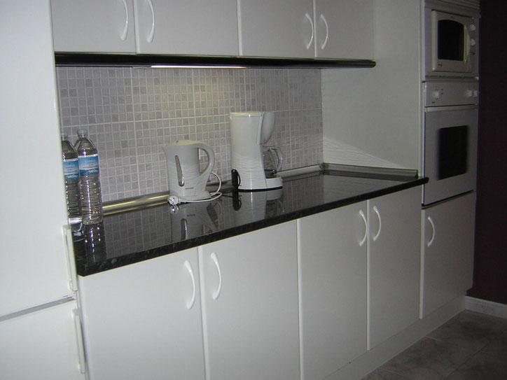 sehr modern und hell eingerichtete Küche