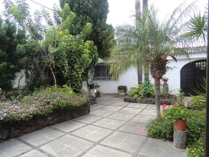 Eingang der Villa mit vielen Pflanzen
