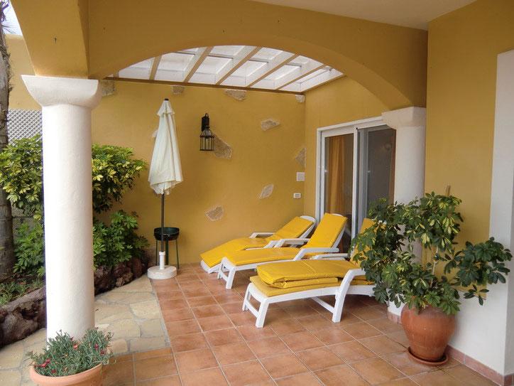 Überdachte Terrasse mit gemütliche Couch und natürlich Sonnenliegen