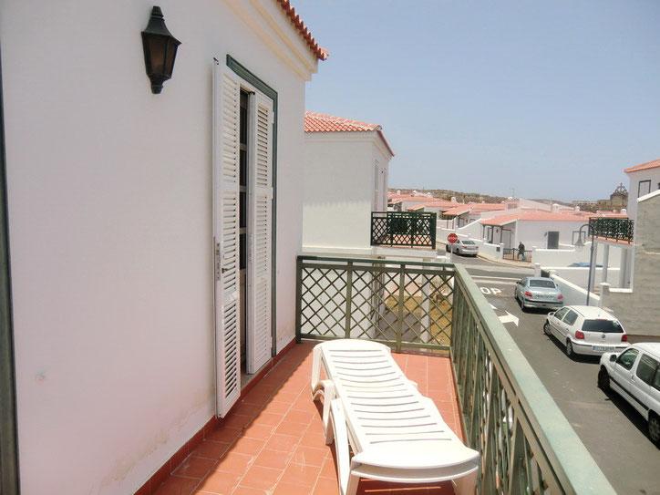 Balkon in der oberen Etage mit Sonnenmöbeln