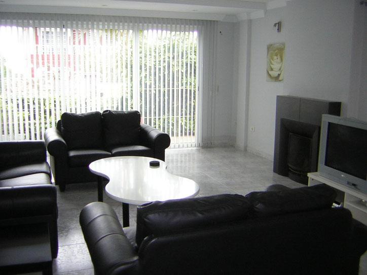 Wohnzimmer ist ca. 35 qm Gross mit 2 bequemen Lerdercouchelementen