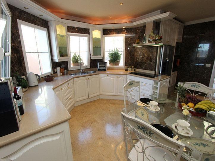 Moderne Küche mit guter Ausstattung