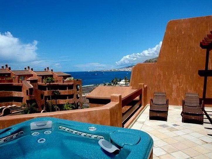 Bild: Penthauswohnung für Ihren Teneriffa Urlaub. Vom eigenen Whirlpool auf der Terrasse schaut man bis auf das Meer.