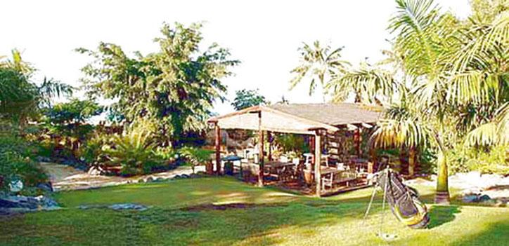 Grillplatz im tropischen Garten am Pool der exclusiven Villa