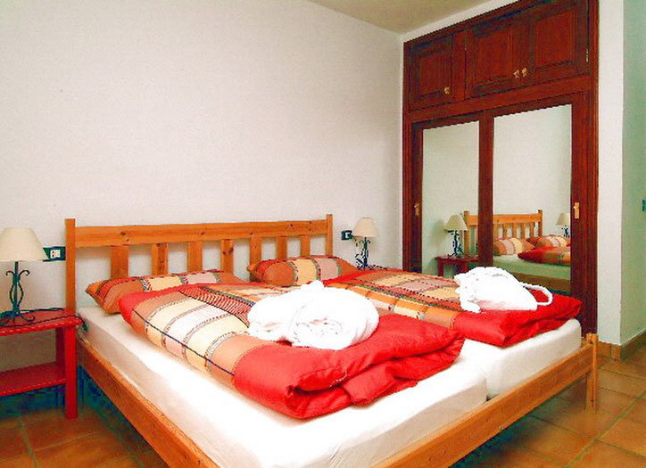 2.Schlafzimmer mit Doppelbett und hochwertiger Bettwäsche