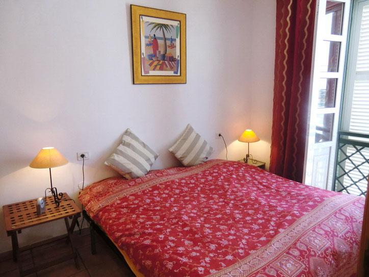 1,Schlafzimmer mit Doppelbett und Kleiderschrank