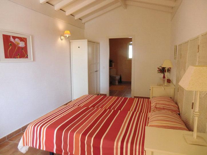 Das erste Schlafzimmer in der unteren Etage mit Bad en suite hat  2 zusammengestellten Einzelbetten und Kleiderschrank