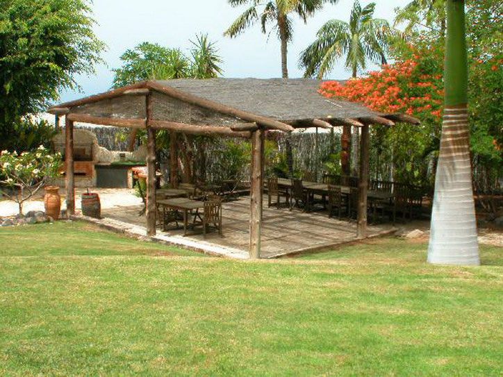 Terrasse mit Gartenmöbeln der Villa Nähe Playa San Juan im sonnigen Süden