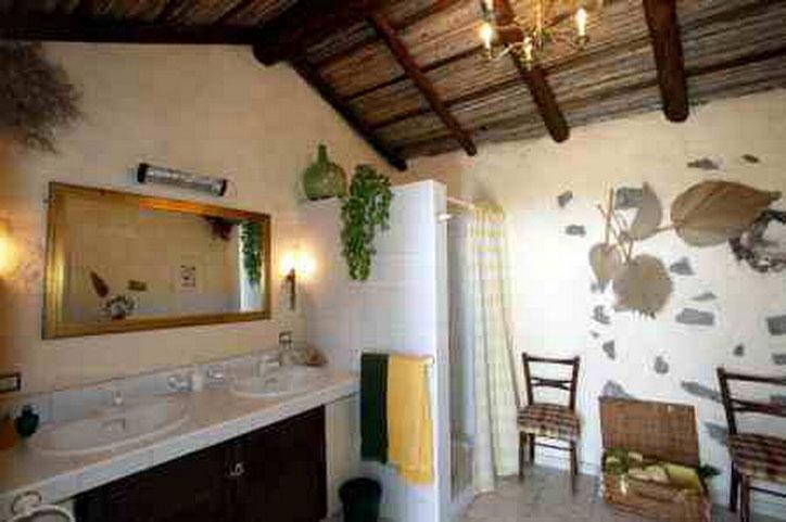 Bad mit Dusche vom ferienhaus Nigara ideal für Familien mit Kindern in Guia de Isora auf einer romantischen Finca mit Pool auf Teneriffa